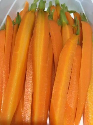 Préparation des carottes fanes.
