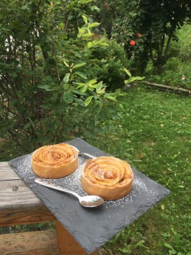Tartelettes en fleurs de pommes.