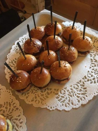 """Mini burgers """"Maison"""",  mousse de canard et confit d'oignons"""