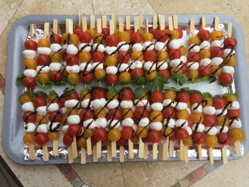 Brochettes de tomates, mozarella, basilic.