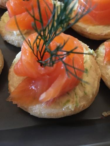 Blinis de saumon fumé, beurre zesté citron vert / aneth.
