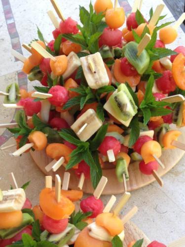 Brochettes de fruits d'été.